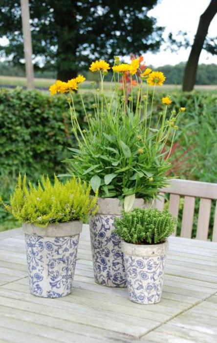 Util pentru plantele tale: 14 modele de ghivece:  Set ghivece aspect antichizat cu flori albastre-3 piese  Set