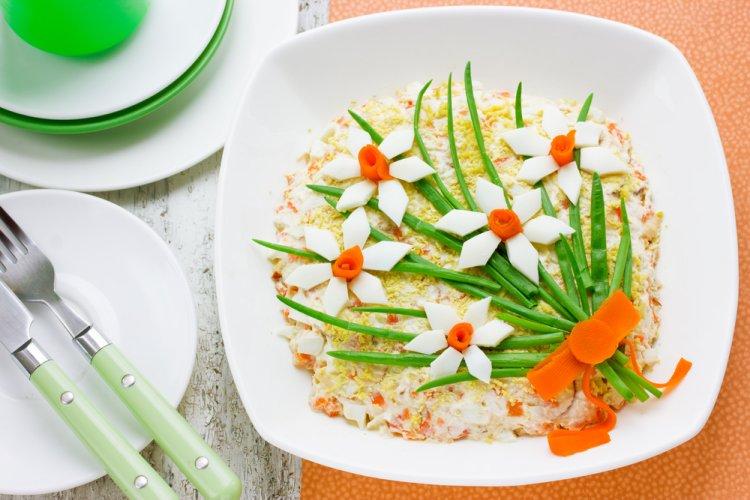 Masa de Pasti: 16 Idei Creative si Spectaculoase de decorare a farfuriilor pentru ca mancarea ta sa faca senzatie: Salata de Pasti decorata in forma unui buchet de narcise