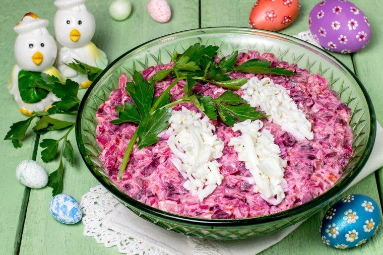 Masa de Pasti: 16 Idei Creative si Spectaculoase de decorare a farfuriilor pentru ca mancarea ta sa faca senzatie: Salata de Pasti decorata cu zambilute