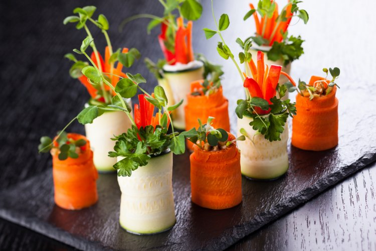 Masa de Pasti: 16 Idei Creative si Spectaculoase de decorare a farfuriilor pentru ca mancarea ta sa faca senzatie: Rulouri de zucchini si morcov