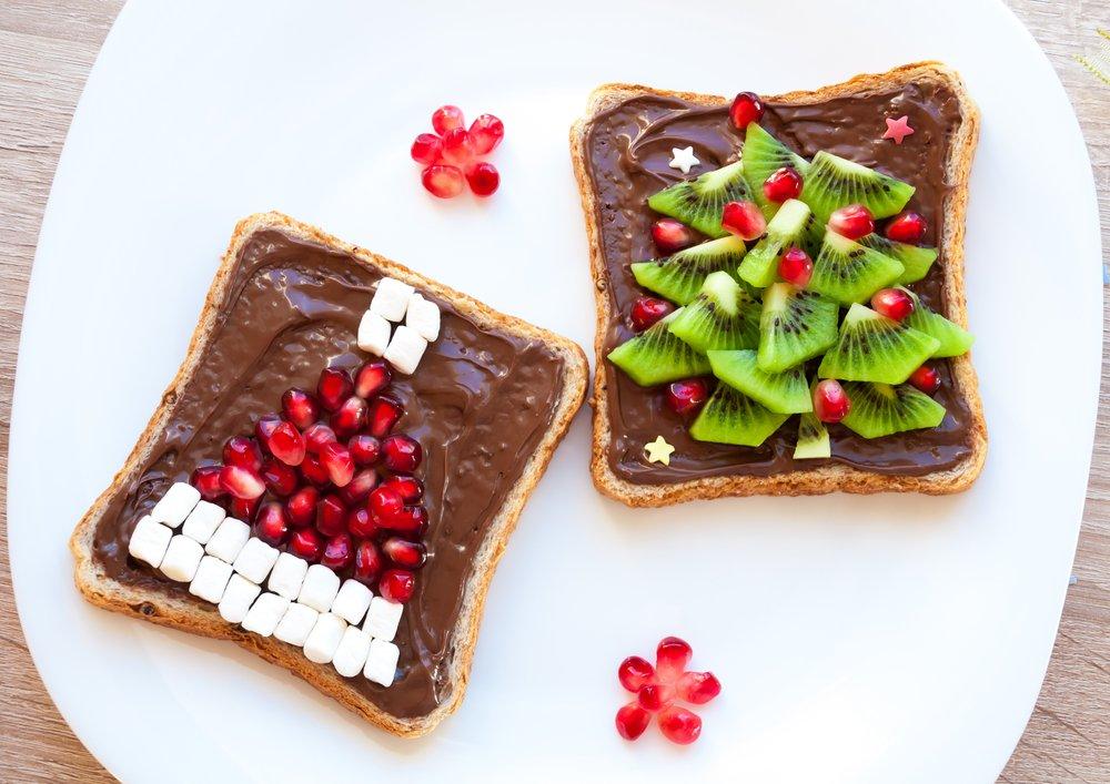 Masa de Craciun: 20 de Idei super creative pentru a decora farfuriile si mancarea celor mici: Sandvisuri cu kiwi si boabe de rodie