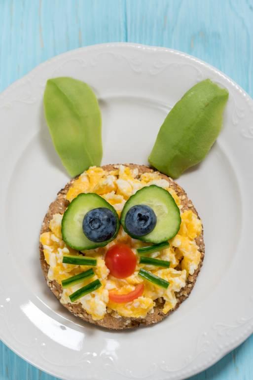Masa de Pasti pentru copii: 21 de Idei foarte creative si simpatice de a decora mancarea din farfurii pe gustul celor mici: Iepurasul poznas