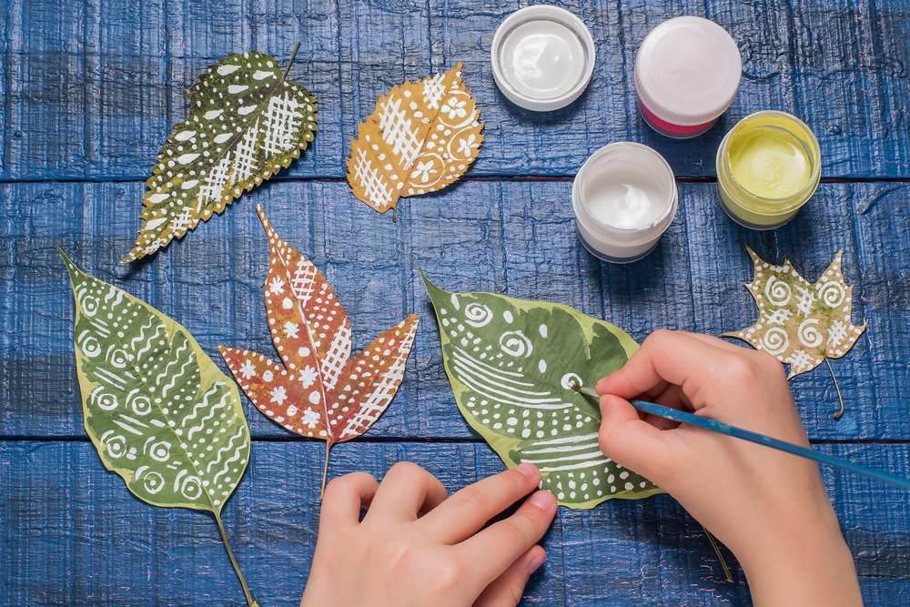 ATELIERUL DE CREATIE: 22 de idei pentru a realiza impreuna cu micutul tau adevarate Minunatii de Toamna: Frunze pictate