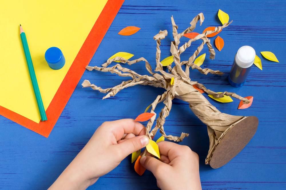 ATELIERUL DE CREATIE: 22 de idei pentru a realiza impreuna cu micutul tau adevarate Minunatii de Toamna: Un copac cu... frunze