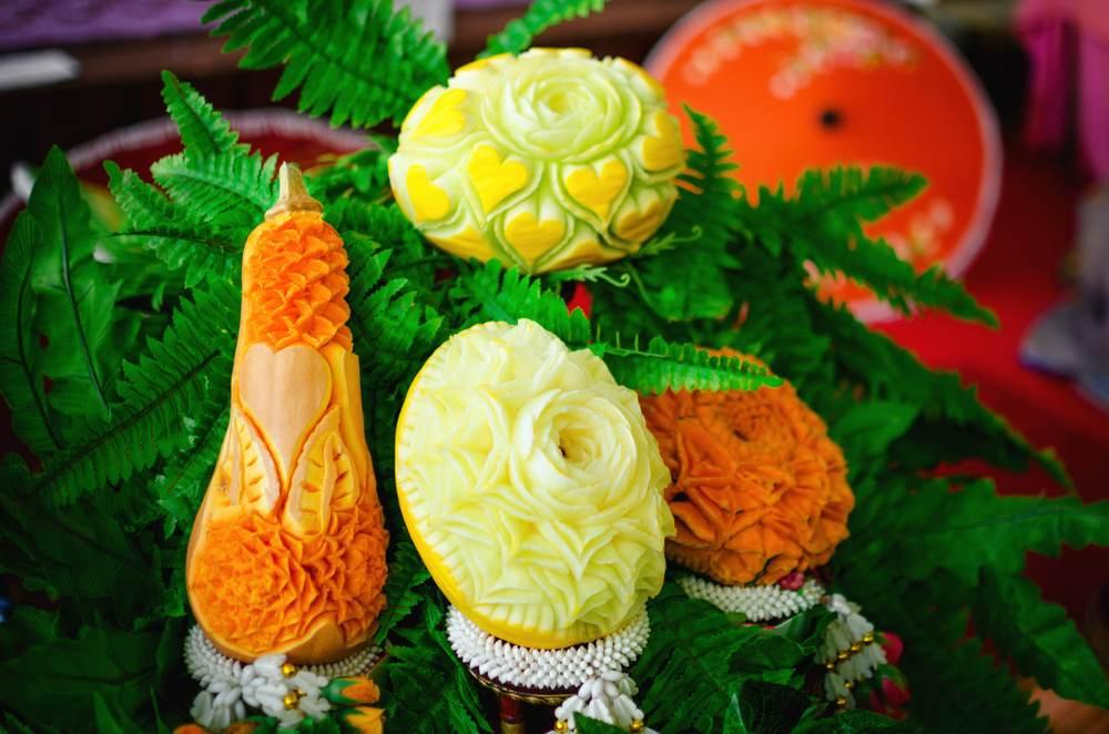 Mancare sculptata: 21 de Sculpturi in legume si fructe care te vor lasa cu gura cascata: Sculpturi thailandeze traditionale in forma de flori din dovleac si pepene galben