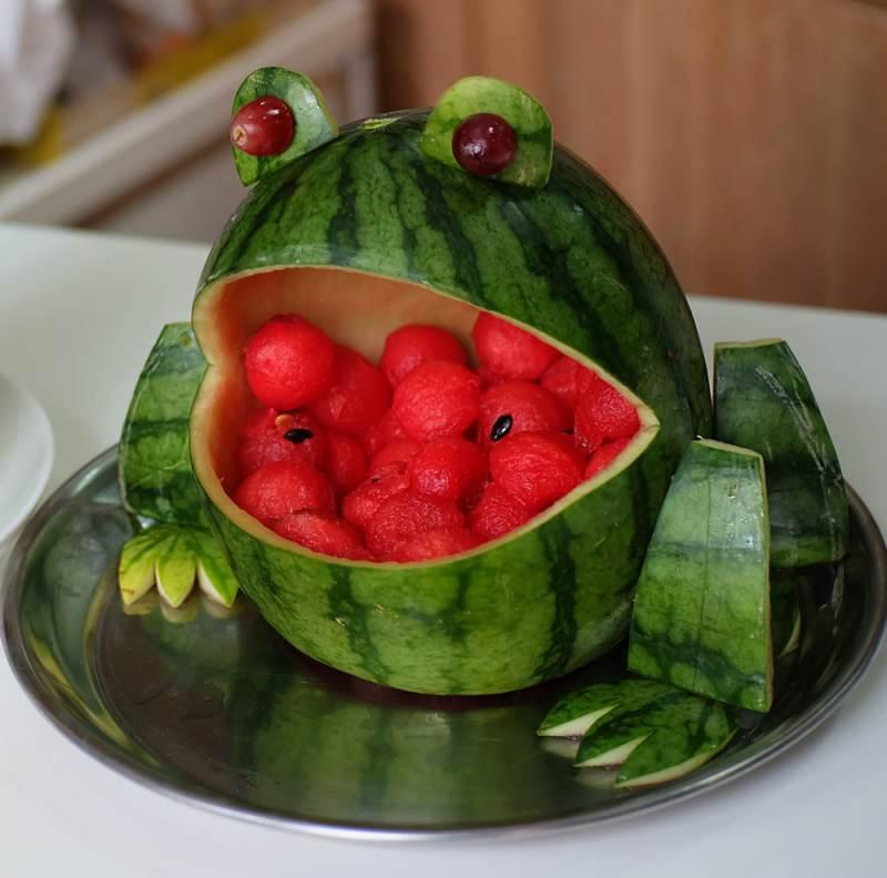 Mancare sculptata: 21 de Sculpturi in legume si fructe care te vor lasa cu gura cascata: Broscuta caraghioasa