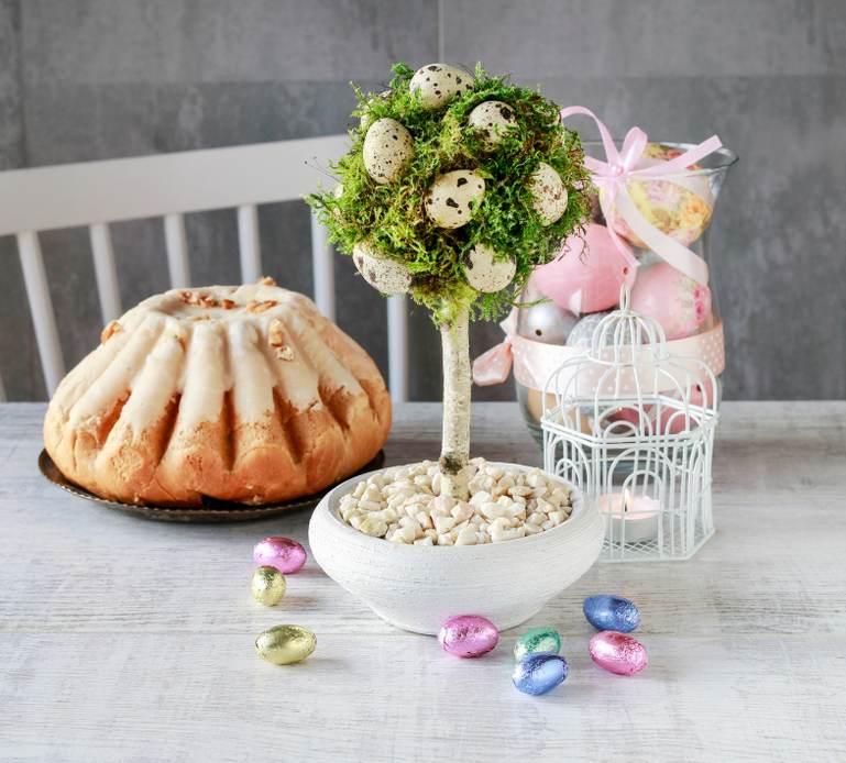Idei super creative pentru masa de Paști: 17 Decorațiuni din Ouă și Coji de ouă: Copacelul Pastelui decorat cu oua de prepelita si muschi