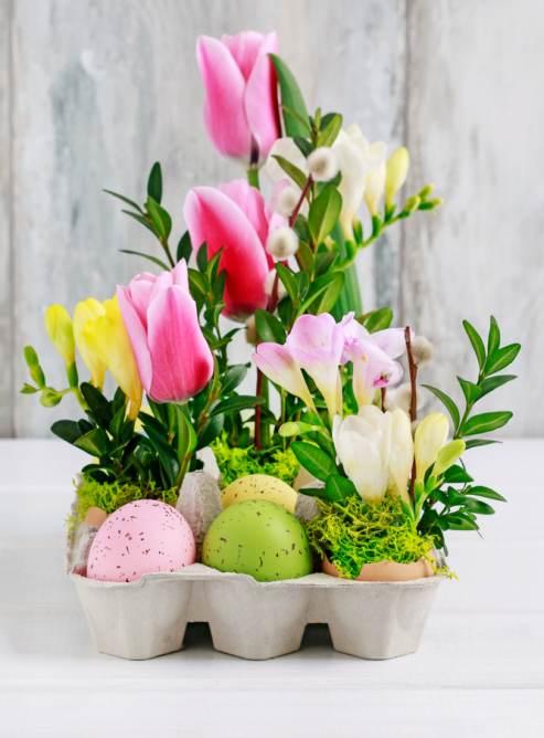 Idei super creative pentru masa de Paști: 17 Decorațiuni din Ouă și Coji de ouă: Aranjament floral cu oua vopsite, lalele, frezii si ramurele de merisor