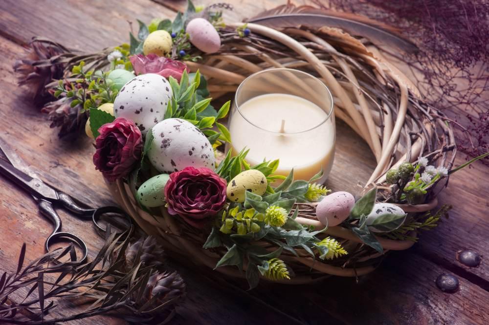 Idei super creative pentru masa de Paști: 17 Decorațiuni din Ouă și Coji de ouă: Coronita de Paste DIY cu oua si flori