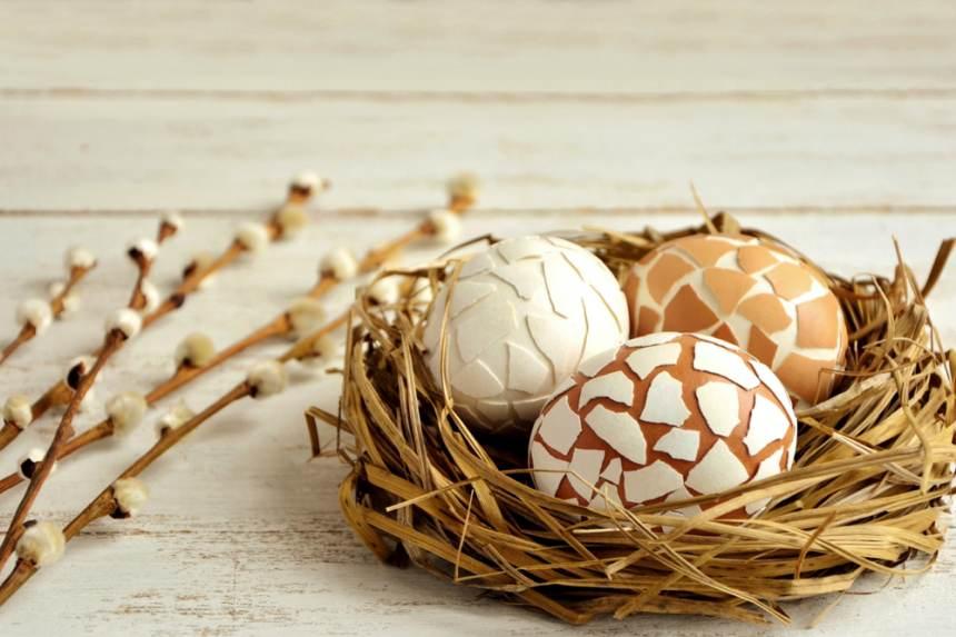 Idei super creative pentru masa de Paști: 17 Decorațiuni din Ouă și Coji de ouă: Cuibul cu oua decorate cu coji de oua (prin lipirea bucatilor de coji sparte)