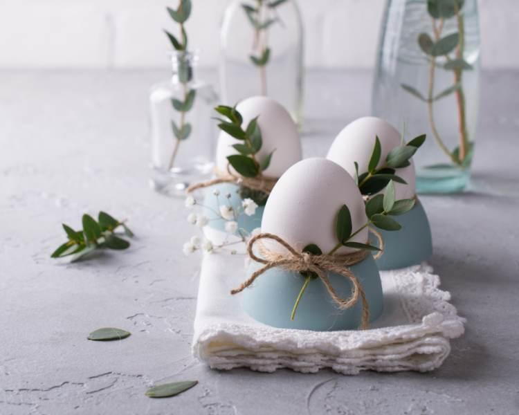 Idei super creative pentru masa de Paști: 17 Decorațiuni din Ouă și Coji de ouă: Decor de masa de PAsti cu oua decorate cu sfoara si mladite de eucalipt