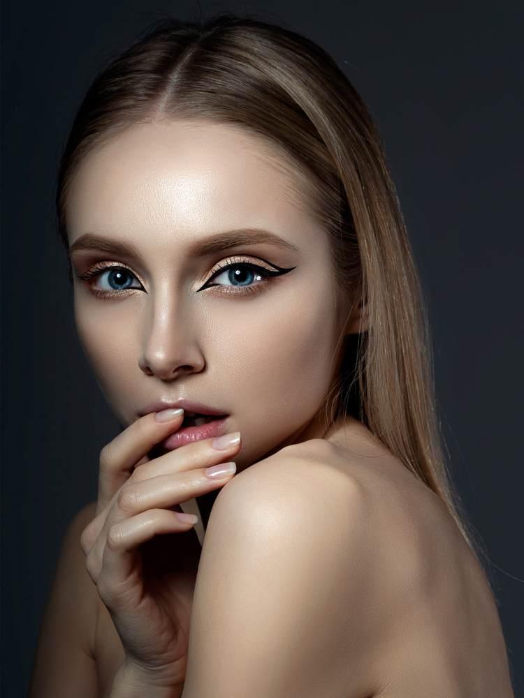 11 Idei superbe de machiaj pe baza de eyeliner: Machiaj inspirat de anii '60: Codite asimetrice trasate cu tus