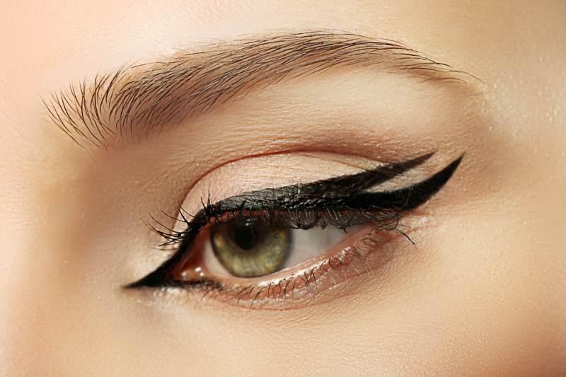 11 Idei superbe de machiaj pe baza de eyeliner: Cozi duble, care nu se unesc