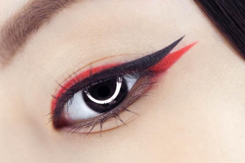 11 Idei superbe de machiaj pe baza de eyeliner: Ochi stil randunica: Dungi de tus intersectate