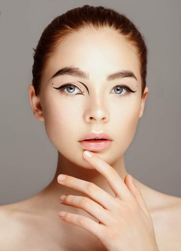 11 Idei superbe de machiaj pe baza de eyeliner: Linii de tus creative