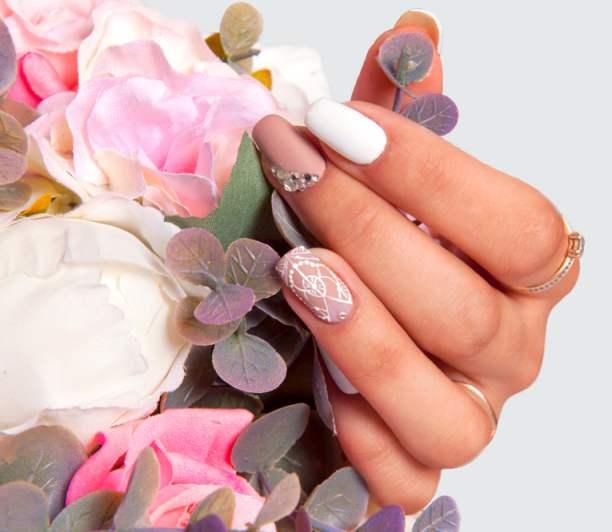 Unghiute fericite si stralucitoare: 20 de modele de manichiura pentru nunta: Manichiura de mireasa cu imprimeu pe inelar si strasuri