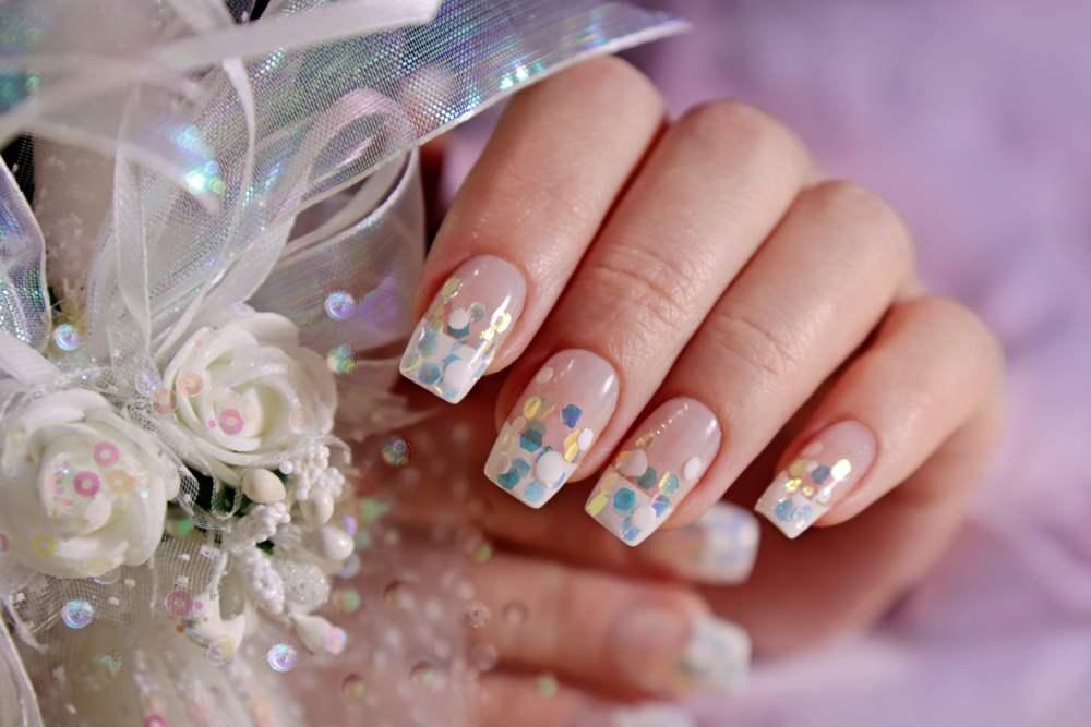 Unghiute fericite si stralucitoare: 20 de modele de manichiura pentru nunta: Manichiura french cu aplicatii multicolore translucide