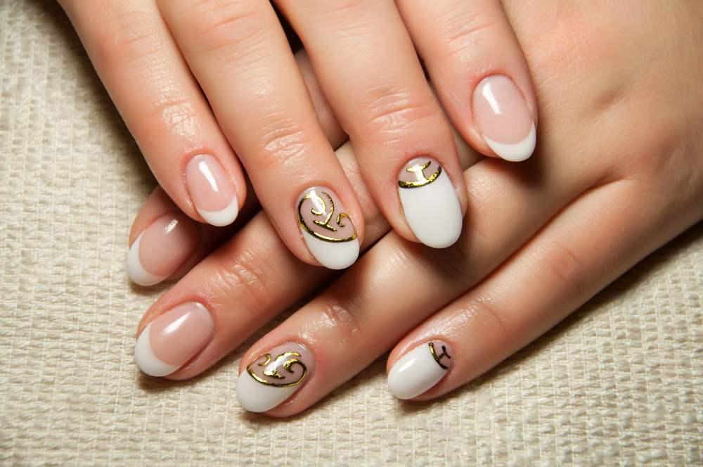 Unghiute fericite si stralucitoare: 20 de modele de manichiura pentru nunta: Manichiura French ovala, cu accente grafice aurii