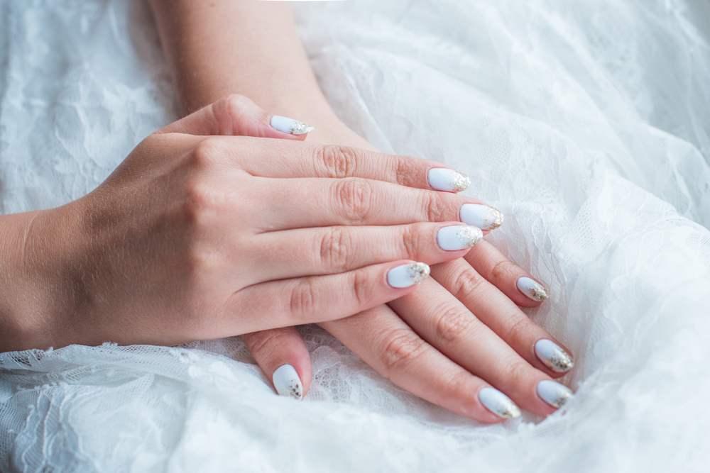 Unghiute fericite si stralucitoare: 20 de modele de manichiura pentru nunta: Unghiute de mireasa cu varfurile scufundate in sclipici auriu