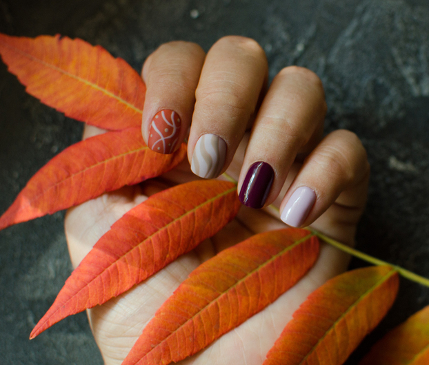 10+1 Idei de manichiură inspirate de TOAMNĂ: Idei pentru manichiura de sezon: culorile toamnei