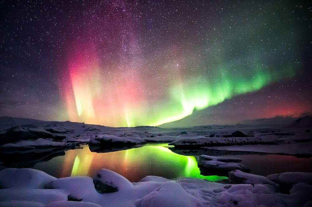 Aurora boreala: Imagini unice cu unul dintre cele mai spectaculoase fenomene optice de pe planeta: Dans de lumini verzi si rosii deasupra lagunei Jokulsarlon din Islanda