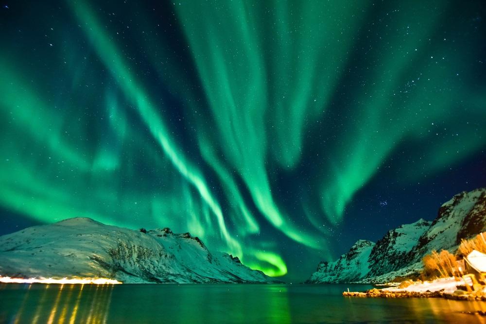 Aurora boreala: Imagini unice cu unul dintre cele mai spectaculoase fenomene optice de pe planeta: Aurora boreala in Tromso, chiar deasupra unui fiord norvegian