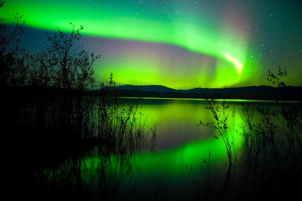 Aurora boreala: Imagini unice cu unul dintre cele mai spectaculoase fenomene optice de pe planeta - Luminile intense ale Aurorei Boreale deasupra Lacului Laberge  - Slide 2 din 18