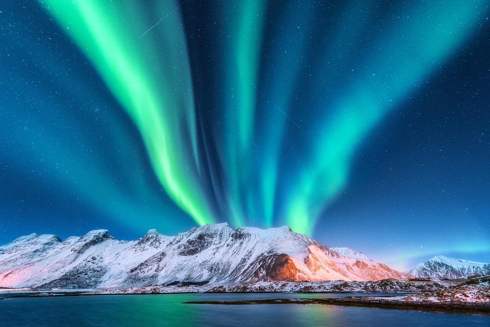 Aurora boreala: Imagini unice cu unul dintre cele mai spectaculoase fenomene optice de pe planeta: Aurora boreala, munti inzapeziti si stele mii pe cer. Ce altceva ai mai putea sa iti doresti?