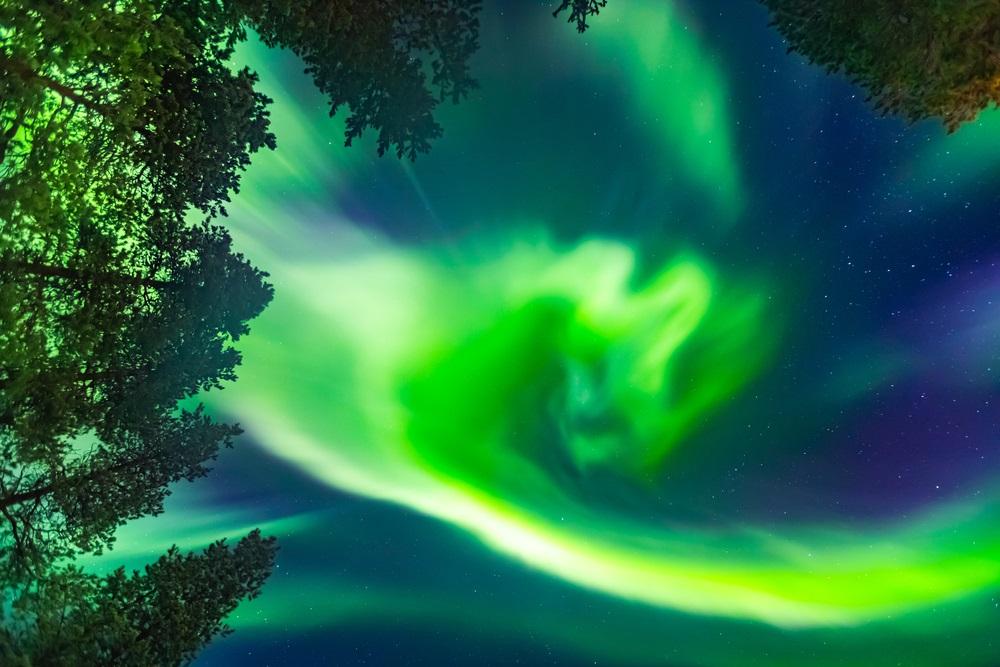 Aurora boreala: Imagini unice cu unul dintre cele mai spectaculoase fenomene optice de pe planeta: Un cer albastru minunat presarat de verde-galbui magic