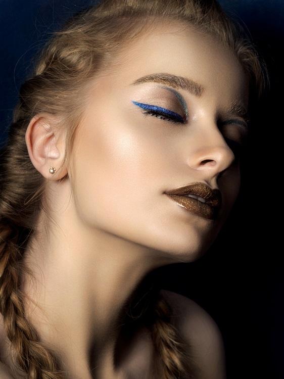 Makeup trends: Metode inedite de a purta Culoarea Anului 2020 pe pleoapele tale: Dungi creative de albastru