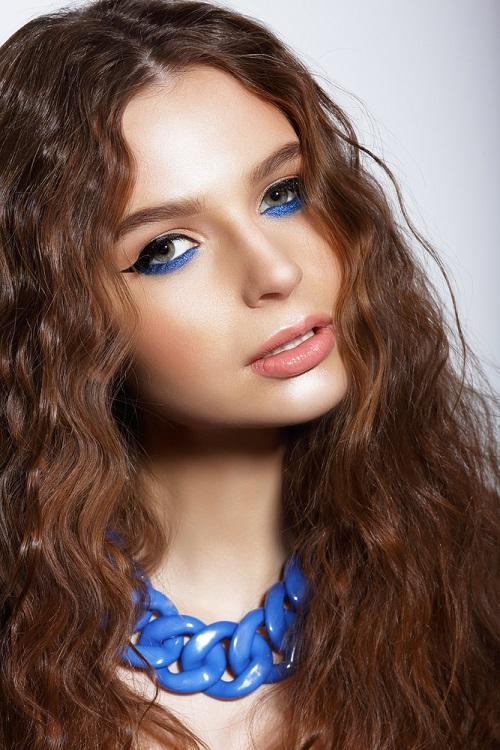 Makeup trends: Metode inedite de a purta Culoarea Anului 2020 pe pleoapele tale: Mult albastru pe pleoapele inferioare
