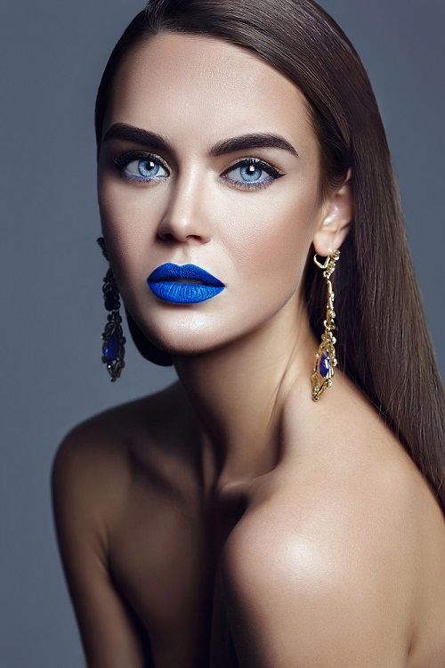Makeup trends: Metode inedite de a purta Culoarea Anului 2020 pe pleoapele tale: Albastrul coboara de pe pleoape... pe buze