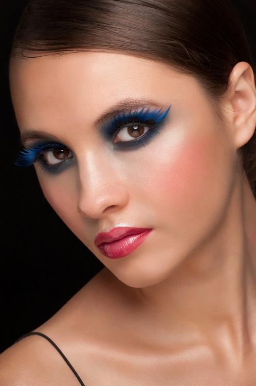 Makeup trends: Metode inedite de a purta Culoarea Anului 2020 pe pleoapele tale: Gene in albastru degrade