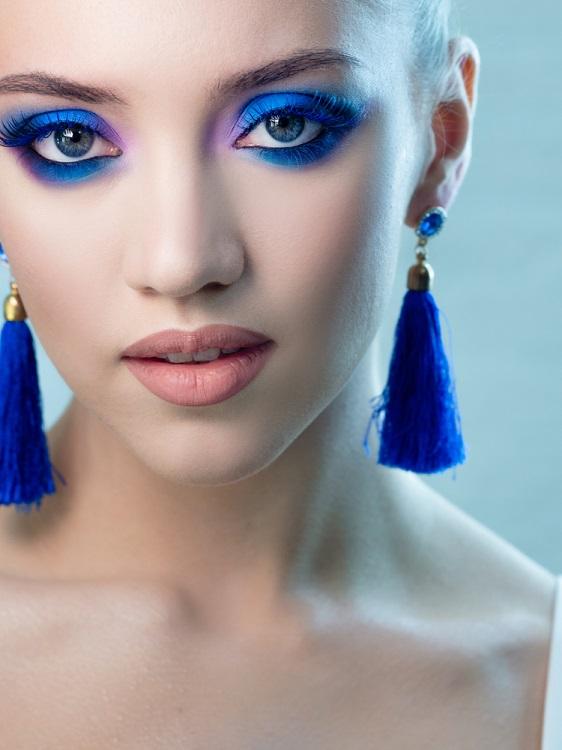 Makeup trends: Metode inedite de a purta Culoarea Anului 2020 pe pleoapele tale: Albastru hipnotizant