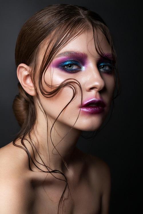 Makeup trends: Metode inedite de a purta Culoarea Anului 2020 pe pleoapele tale: Albastru baza, mov nuanta secundara si complementara
