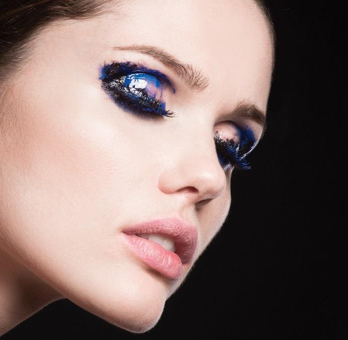 Makeup trends: Metode inedite de a purta Culoarea Anului 2020 pe pleoapele tale: Blenduim mascara, albastru si alb. Efectul? Abstract si interesant!