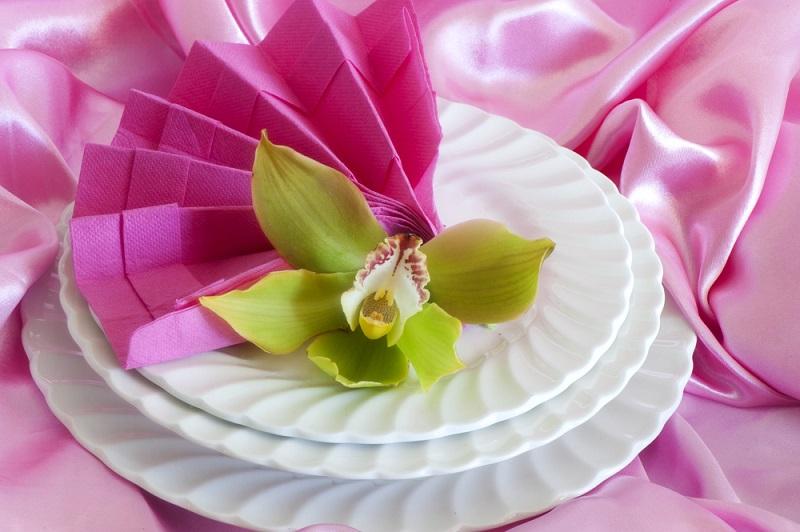 Poti face cei mai frumosi iepurasi, flori sau cuiburi de oua: Idei de impaturire a servetelelor pentru masa de Pasti: Evantaiului ii sta bine nu doar in aer, ci si in farfurie