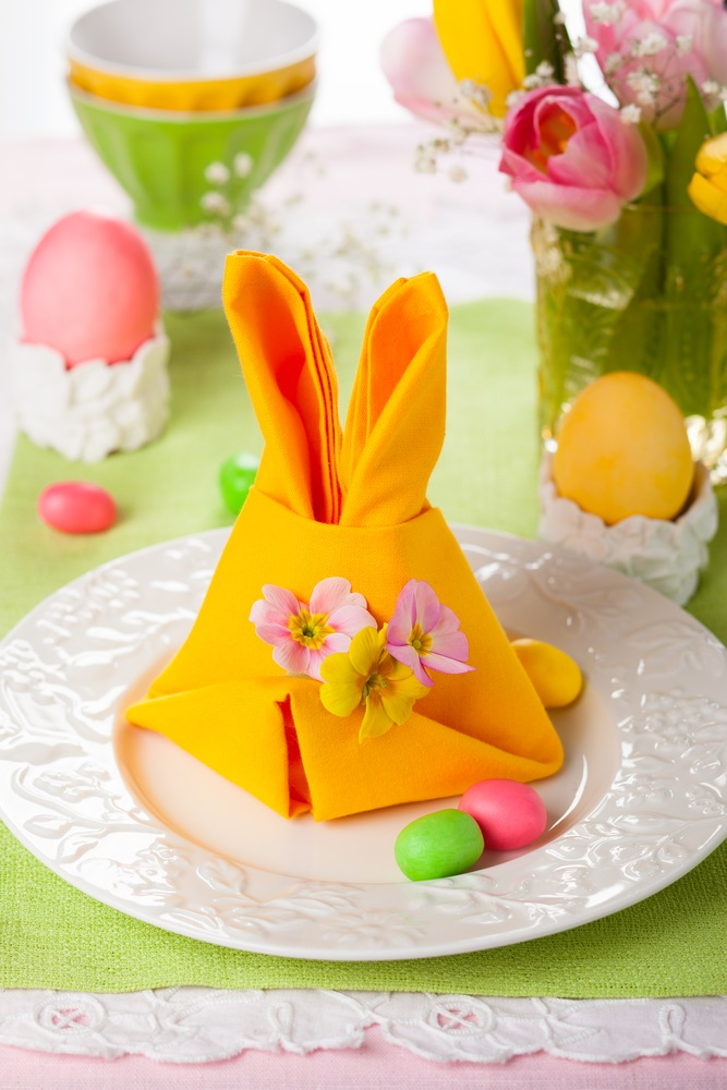 Poti face cei mai frumosi iepurasi, flori sau cuiburi de oua: Idei de impaturire a servetelelor pentru masa de Pasti: Decor de masa festiv si vesel