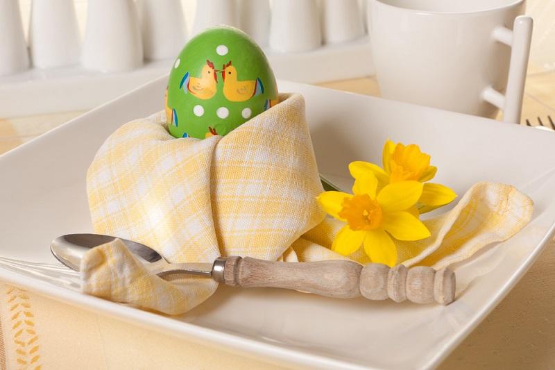 Poti face cei mai frumosi iepurasi, flori sau cuiburi de oua: Idei de impaturire a servetelelor pentru masa de Pasti: Cuibul cu oua: Servetel in forma de cuib, perfect ca suport de oua