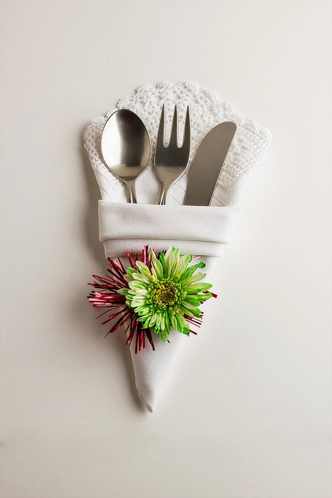 Poti face cei mai frumosi iepurasi, flori sau cuiburi de oua: Idei de impaturire a servetelelor pentru masa de Pasti: Servetel impaturit in forma de triunghi si decorat cu flori