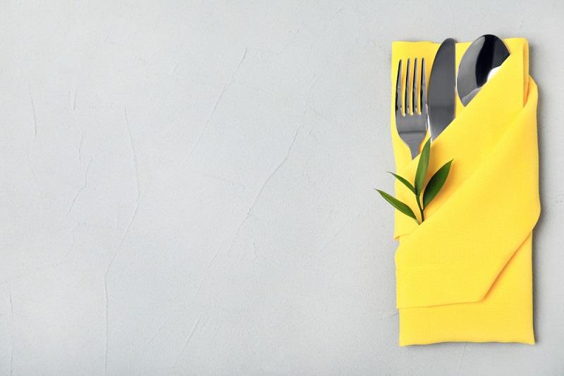 Poti face cei mai frumosi iepurasi, flori sau cuiburi de oua: Idei de impaturire a servetelelor pentru masa de Pasti: Eleganta face diferenta, iar galbenul primavara: Servetel impaturit clasic, dar elegant
