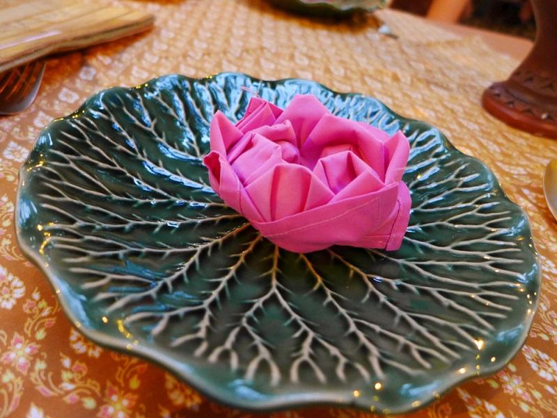 Poti face cei mai frumosi iepurasi, flori sau cuiburi de oua: Idei de impaturire a servetelelor pentru masa de Pasti: Lotusul plutitor: Servetel textil impaturit in forma de floare