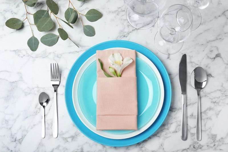 Poti face cei mai frumosi iepurasi, flori sau cuiburi de oua: Idei de impaturire a servetelelor pentru masa de Pasti: Clasic e fantastic