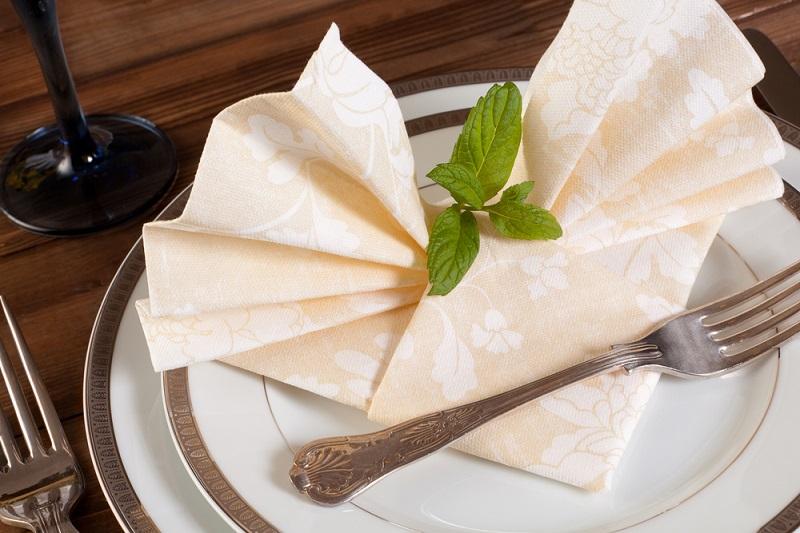 Poti face cei mai frumosi iepurasi, flori sau cuiburi de oua: Idei de impaturire a servetelelor pentru masa de Pasti: Semievantaiul: Eleganta si simplitate