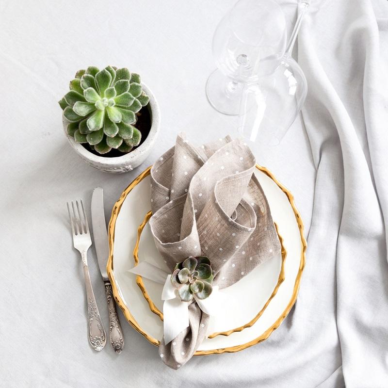 Poti face cei mai frumosi iepurasi, flori sau cuiburi de oua: Idei de impaturire a servetelelor pentru masa de Pasti: Buchetul de flori