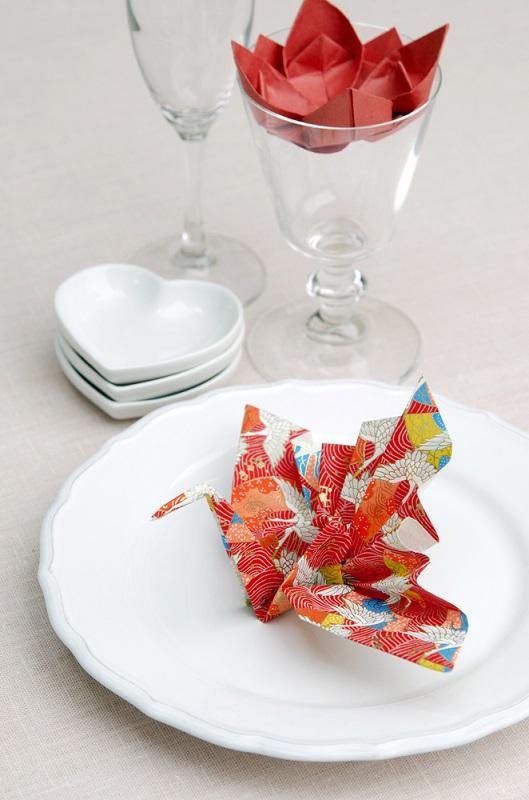 Origami, arta insufletirii hartiei: Cum sa dai un aer festiv mesei si casei tale cu decoratiuni origami minunate: Stiati ca initial traditia japoneza origami presupunea confectionarea de cocori, berze si corabii din hartie? Cocorul, spre exemplu, este vestitorul primaverii.