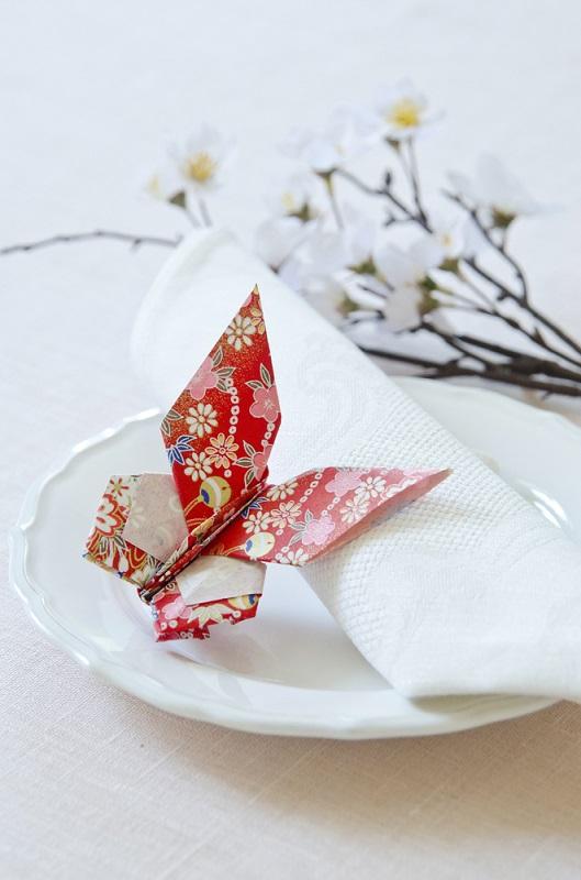 Origami, arta insufletirii hartiei: Cum sa dai un aer festiv mesei si casei tale cu decoratiuni origami minunate: Fluturii sunt meniti sa zboare liber, dar unul simpatic si rosu, din hartie, se poate odihni putin si pe o farfurie, de ce nu?
