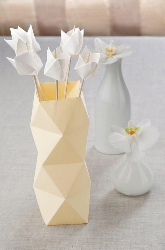 Origami, arta insufletirii hartiei: Cum sa dai un aer festiv mesei si casei tale cu decoratiuni origami minunate: Cu o floare nu se face primavara... dar cu mai multe, din hartie? Si cu o vaza?