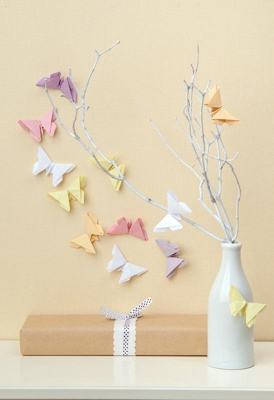 Origami, arta insufletirii hartiei: Cum sa dai un aer festiv mesei si casei tale cu decoratiuni origami minunate: Coltul magic al naturii, insufletit de fluturasi colorati