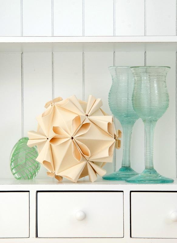 Origami, arta insufletirii hartiei: Cum sa dai un aer festiv mesei si casei tale cu decoratiuni origami minunate: O floare Kusudama asezata la loc de cinste
